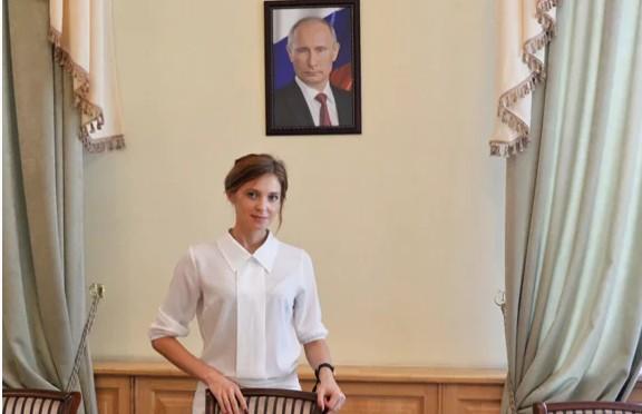 Наталья Поклонская на фоне портрета Путина